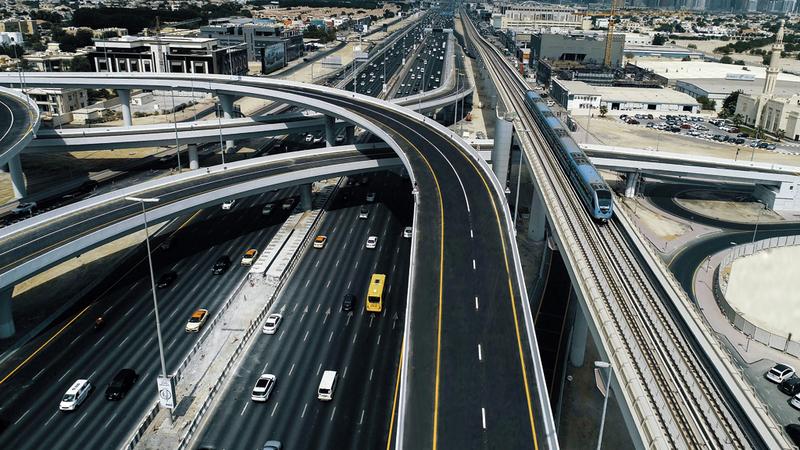 شبكة من الجسور تربط منطقة جميرا بشارع الخيل والطرق الموازية. من المصدر