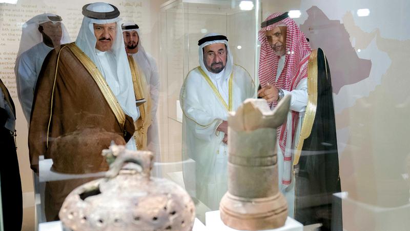 سلطان القاسمي خلال جولته في أروقة المعرض بحضور سلطان بن سلمان آل سعود. وام