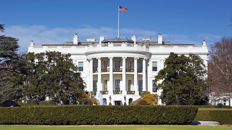البيت الأبيض يبدو مهيباً من بين الأشجار. غيتي