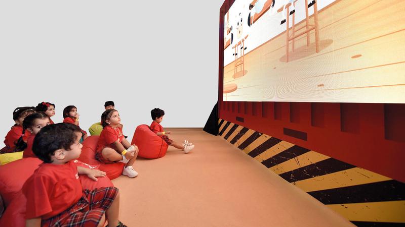 صور للأطفال أثناء مشاهدة الأفلام خلال المهرجان. من المصدر