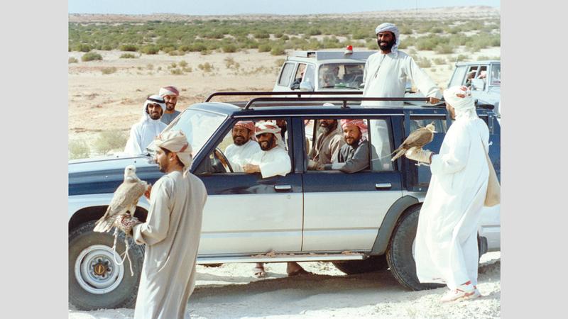 الشيخ زايد كان يحثّ المواطنين دوماً على حماية التراث خصوصاً الصيد بالصقور. أرشيفية