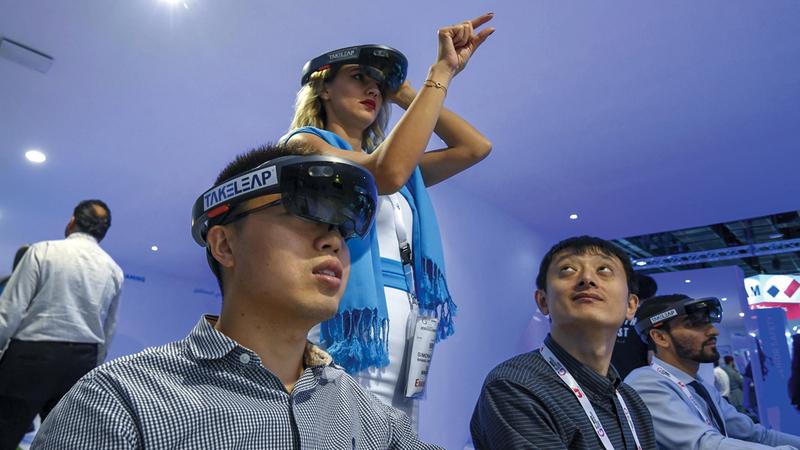 تقنية «الواقع الافتراضي» تنقل الواقع الحقيقي إلى العالم الافتراضي من خلال دمجها بحلول الذكاء الاصطناعي. تصوير: أشوك فيرما