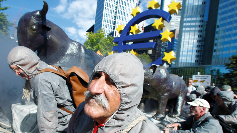 تظاهرات أمام بورصة فرانكفورت خلال الأزمة الاقتصادية العالمية لعام 2008. أ.ب