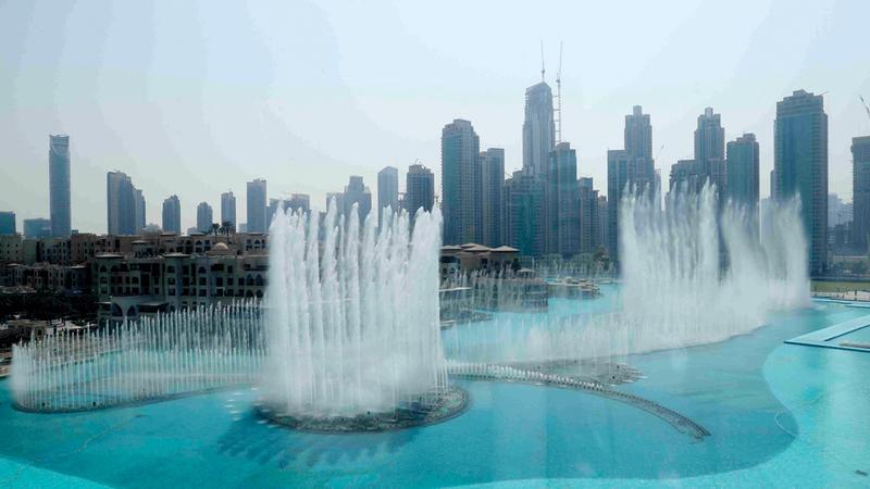 الفلاسي: «نافورة دبي» تُمتع مرتاديها بمناظر مائية خلابة عبر 6608 مصابيح مغمورة و25 جهاز عرض ملوناً. وام
