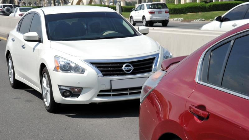 سائق مركبة بطيئة على الحارة اليسرى من الطريق يتسبب في عرقلة السير