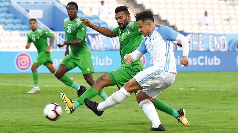 لاعب بني ياس أورتيغا يحاول السيطرة على الكرة وسط رقابة من لاعبي الإمارات. تصوير: إريك أرازاس