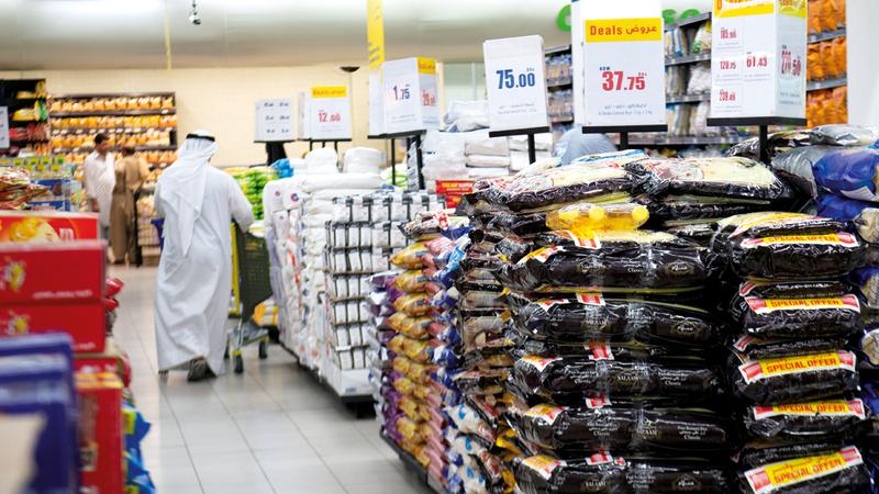 مستهلكون أكدوا وجود زيادات في أسعار بعض السلع التي لا ترتبط مباشرة بـ «الضريبة».  تصوير: أحمد عرديتي