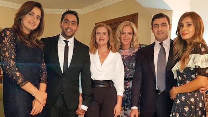 فلوكس وهنا تزوجا في إطار أسري رغم نفي الفنان الخطوبة.  الإمارات اليوم