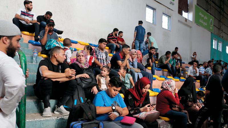 المئات ممّن يرغبون بالسفر ينتظرون في قاعة أبويوسف النجار.  أ.ف.ب