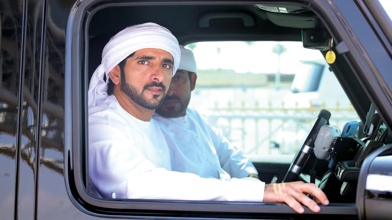حمدان بن محمد خلال متابعته السباق الختامي لـ«تمهيدي المرموم». من المصدر