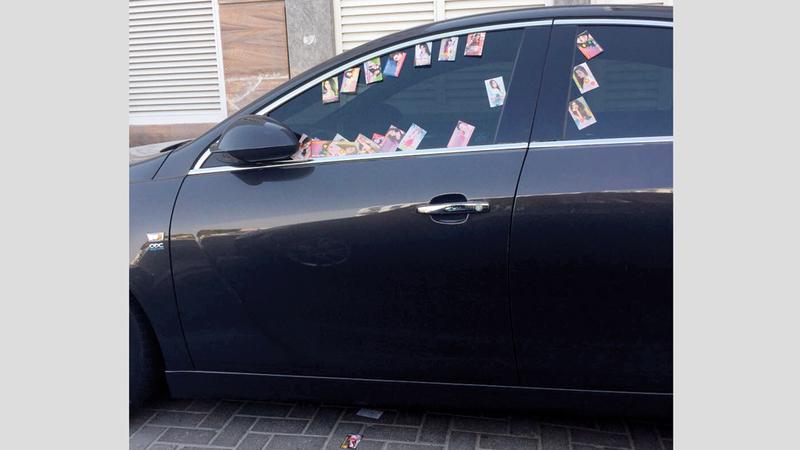نوافذ السيارات تزدحم ببطاقات المساج.  الإمارات اليوم