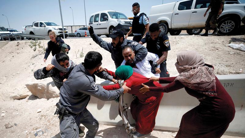 الشرطة الإسرائيلية خلال فضّ احتجاجات سكان قرية الخان الأحمر. رويترز