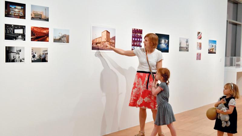 المعرض يتتبع بدايات دور السينما في الإمارات، عبر مجموعة من الصور والوثائق. تصوير: نجيب محمد