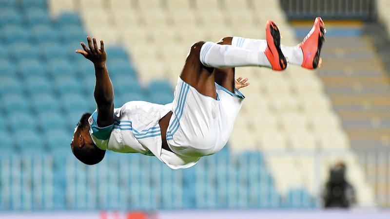 لاعب بني ياس، أحمد مال الله، يحتفل بهدفه في مرمى فريق الإمارات بطريقة مميّزة. تصوير: إريك أرازاس