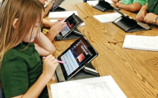 الصورة: مدرسة تلزم ذوي الطلبة بحواسيب و«تابلت» قبل الامتحانات