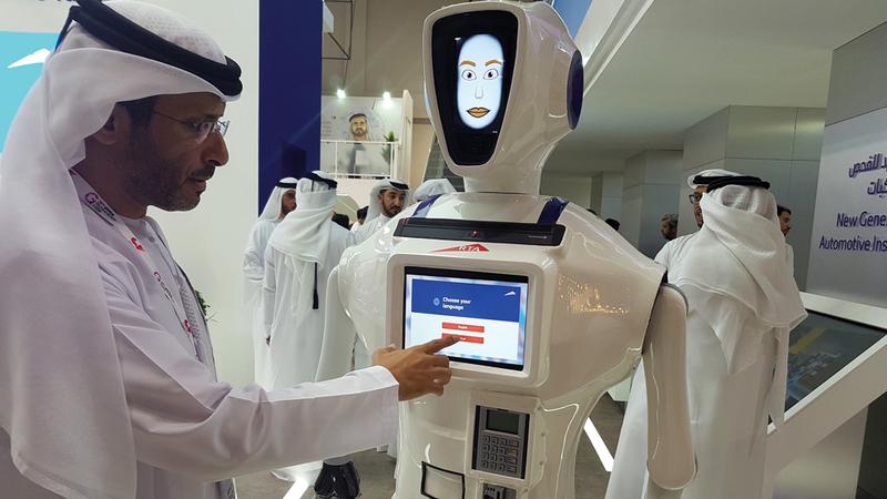 جمال السادة يشرح طريقة عمل الروبوت. من المصدر