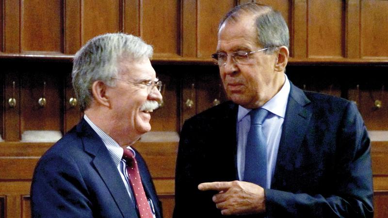 لافروف (يمين) وبولتون قبل جلسة مباحثات فاشلة في موسكو أمس.  أي.بي.أيه
