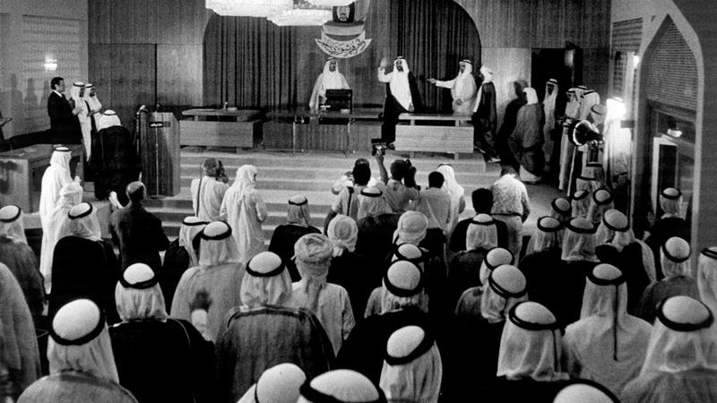 الشيخ زايد بن سلطان آل نهيان أثناء حضوره جلسة دورة الانعقاد الأول للمجلس الاستشاري الوطني في أبوظبي. من المصدر