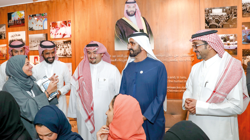 محمد بن راشد اطّلع على أهداف المؤسسة غير الربحية الرامية إلى النهوض بقدرات الشباب.  من المصدر