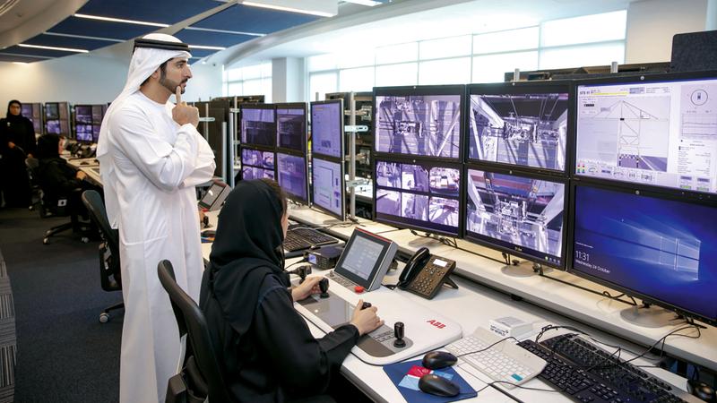 حمدان بن محمد التقى عدداً من الموظفات المواطنات العاملات في مجال التشغيل الإلكتروني للرافعات.  وام