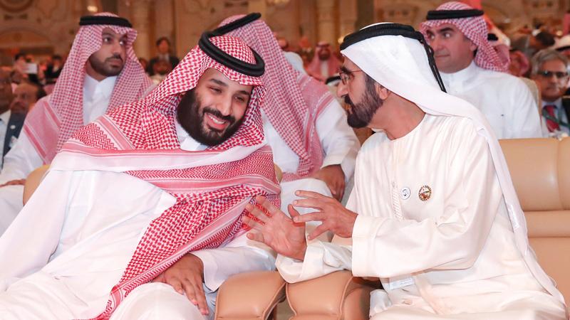 محمد بن راشد متحدثاً إلى محمد بن سلمان خلال منتدى «مبادرة مستقبل الاستثمار» في الرياض. وام