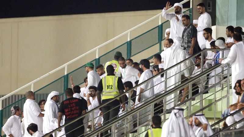 رجال الأمن صعدوا إلى المدرجات للحديث مع مشجعين هاجموا مطر. الإمارات اليوم