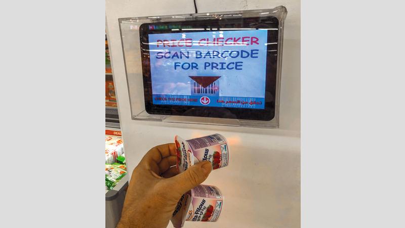 وجود أجهزة قراءة أسعار السلع يسهّل على المستهلكين عملية التسوق. تصوير: مصطفى قاسمي