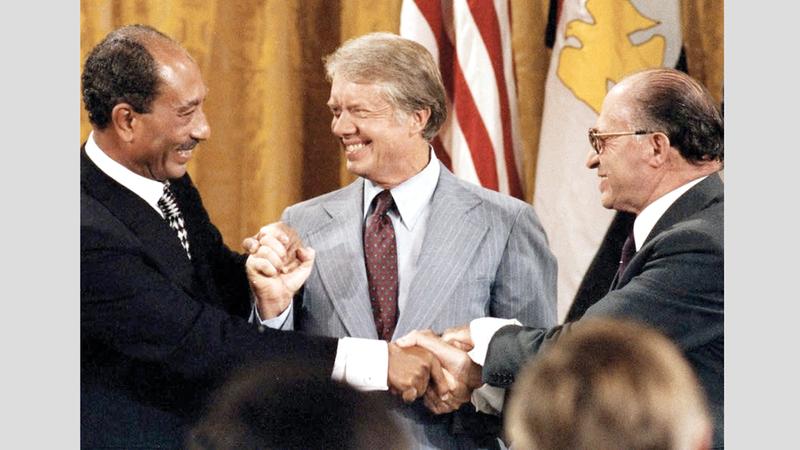 رئيس الوزراء الإسرائيلي مناحيم بيغن والرئيس الأميركي جيمي كارتر والرئيس المصري أنور السادات لحظة توقيع اتفاقية كامب ديفيد. غيتي