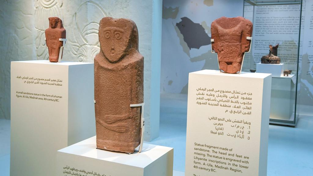 3 تماثيل على الشكل الآدمي مصنوعة من الحجر الرملي وتعود إلى القرن الرابع قبل الميلاد. تصوير: أشوك فيرما