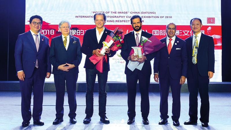 خلال حفل التكريم بالمهرجان الدولي الثقافي للتصوير الضوئي في الصين. من المصدر