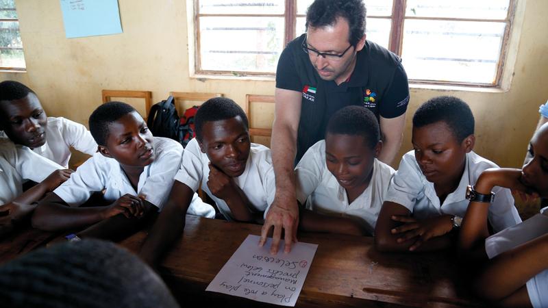 القرق يتابع تنفيذ «البرنامج» في مدرسة بمدينة كيغالي. من المصدر