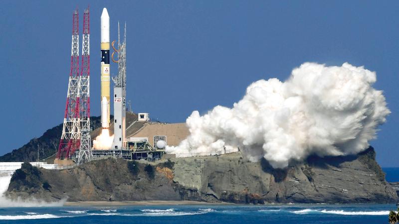 خلال إطلاق الصاروخ (H-IIA) الذي حمل «خليفة سات» من مركز «تانيغاشيما» الفضائي في اليابان. أ.ب