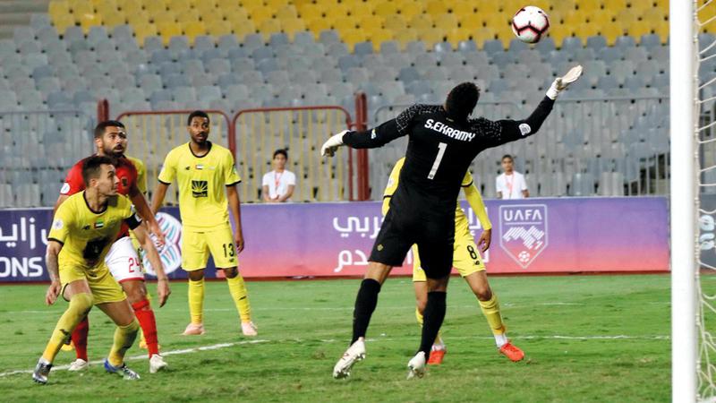 كرة كايو في طريقها إلى شباك الحارس شريف إكرامي. الإمارات اليوم