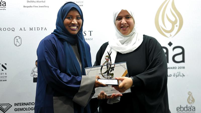 موزة السويدي تتسلم الجائزة الأولى في فئة جائزة لجنة التحكيم الخاصة.  من المصدر