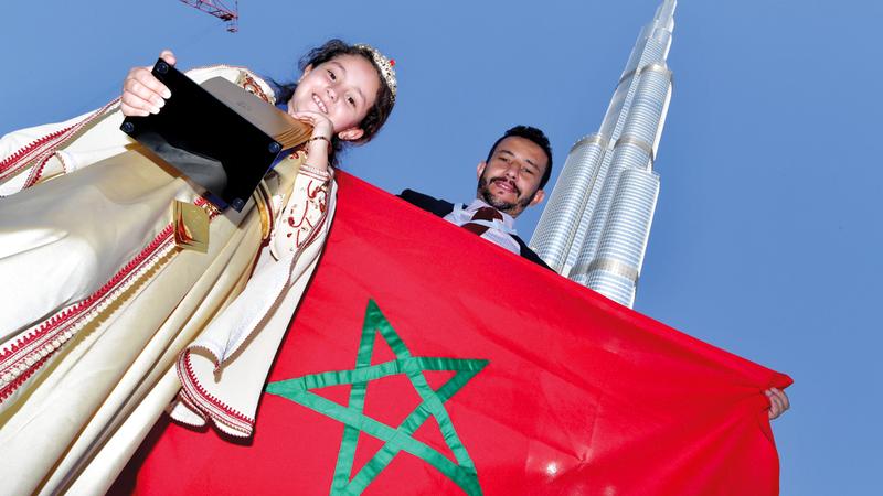 مريم أمجون (9 سنوات) ووالدها في صورة تذكارية مع برج خليفة.  تصوير: باتريك كاستيلو