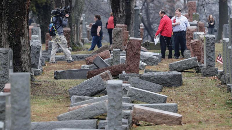 المقابر ودور العبادة كانت هدفاً للمتطرّفين في الآونة الأخيرة.  رويترز