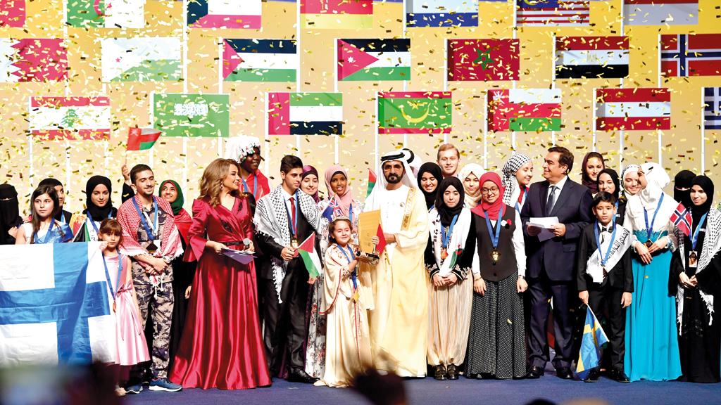 محمد بن راشد في صورة جماعية مع المكرَّمين في جوائز الدورة الثالثة من «تحدي القراءة العربي». تصوير: باتريك كاستيلو