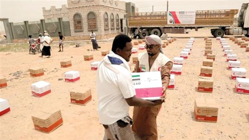مساعدات «الهلال» الإغاثية إلى أهالي مديرية الريدة وقصيعر تضمنت سلالاً غذائية. وام