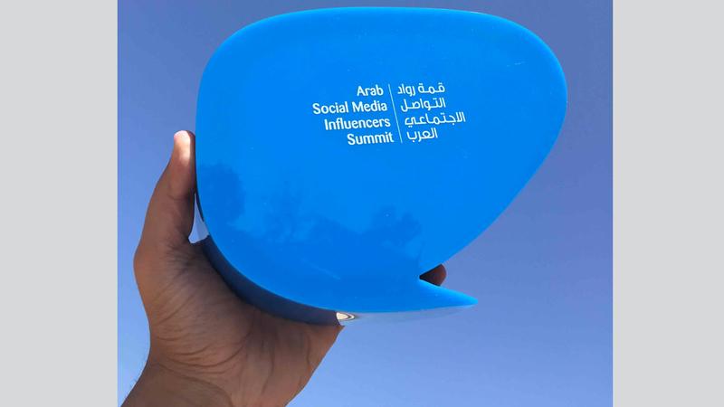 تهدف الجائزة إلى تكريم المبدعين العرب على وسائل التواصل الاجتماعي والاحتفاء بأفكارهم الإيجابية.