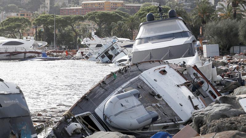 قوارب جانحة شمال إيطاليا.  أ.ب