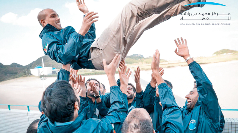 فريق «خليفة سات» اتجه نحو الصايغ وحمله تعبيراً عن فرحة الإنجاز. من المصدر