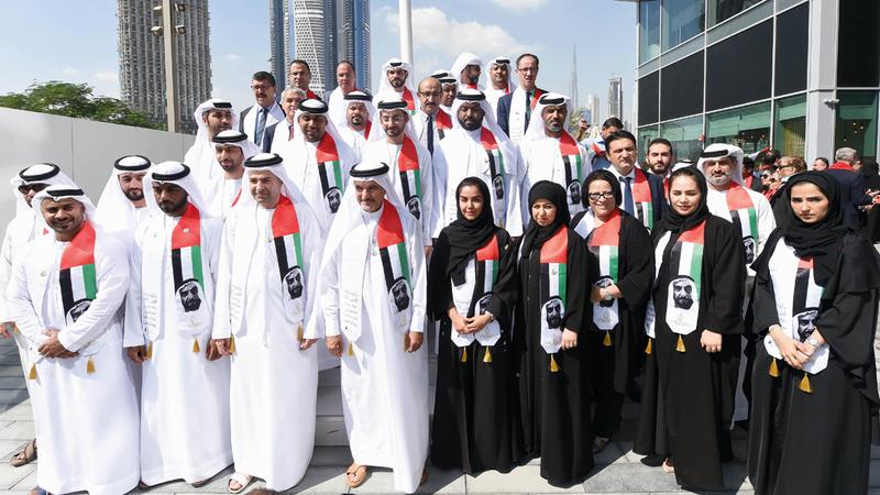 مجلس دبي الرياضي يحتفل بـ«يوم العَلَم»، في «حي دبي للتصميم»، بحضور أمين عام مجلس دبي الرياضي، سعيد حارب، والمديرين والعاملين في المجلس.