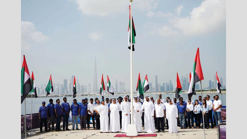 عَلَم الإمارات يرفرف خفاقاً في احتفالية نادي دبي الدولي للرياضات البحرية، بمرفأ عائم في مياه قناة دبي، بالقرب من منطقة الجداف، ومحمية خور دبي للحياة البرية.