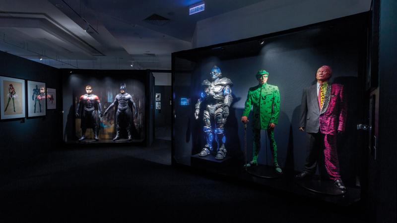 يتضمن المعرض العديد من الأزياء والأدوات التي استخدمت في السينما لتقديم هذه الشخصيات وأهم المجلات التي تناولت قصصها. تصوير: إريك أرازاس