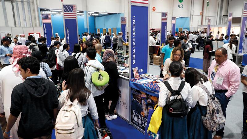 طلبة يتعرفون إلى البرامج الأكاديمية التي تطرحها الجامعات وشروط الالتحاق والحصول على منحة. من المصدر