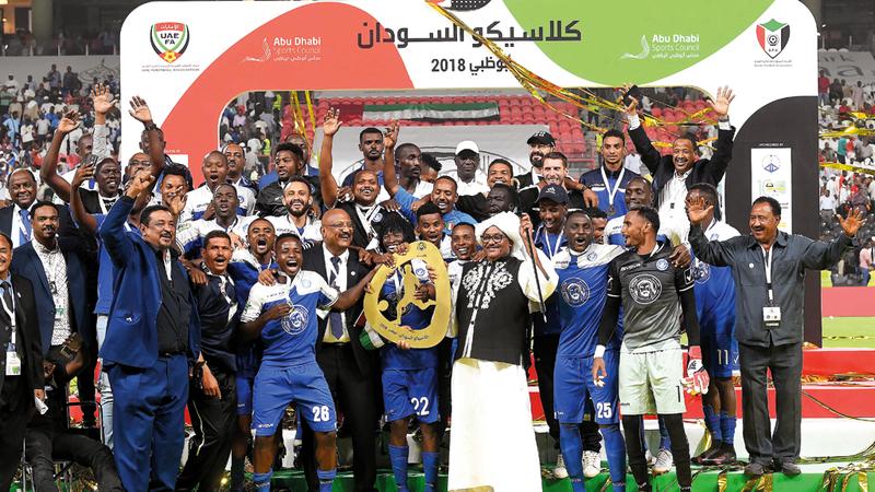 فريق الهلال السوداني متوجاً بلقب المباراة الاحتفالية الودية في أبوظبي على حساب المريخ. تصوير: إريك أرازاس