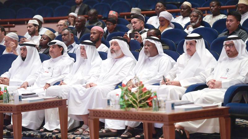 بوملحة وأعضاء اللجنة المنظمة للجائزة خلال الافتتاح. الإمارات اليوم