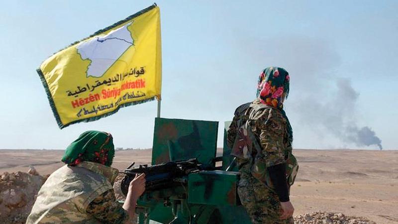 عنصران من قوات سورية الديمقراطية في موقع بشرق سورية. أرشيفية