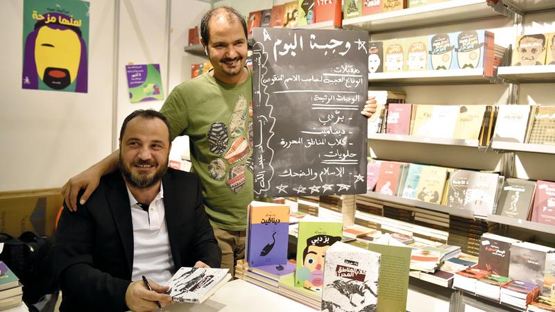زياد عبدالله وصاحب دار المتوسط خالد الناصري.  تصوير: أسامة أبوغانم
