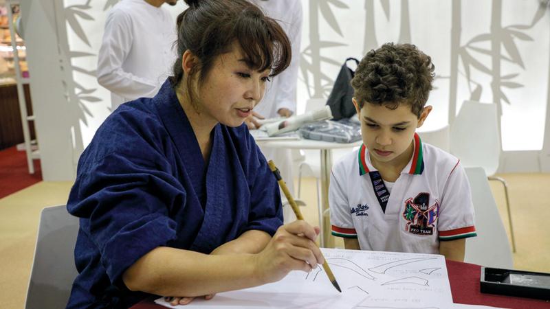 الخطاطة اليابانية تاكي كودايرا خلال الورشة.  من المصدر